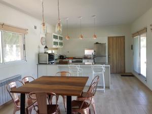 Una cocina o kitchenette en la casa de los pájaros