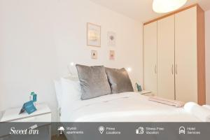 A bed or beds in a room at Sweet Inn - Spacious Grand Canal