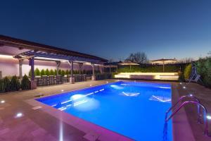 """Het zwembad bij of vlak bij Къща за гости """"Ciconia"""""""