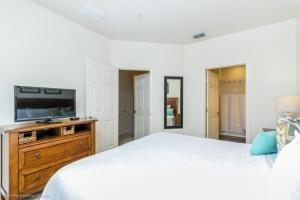 A bed or beds in a room at Lucaya Village Resort Townhome Unit 14 Townhouse