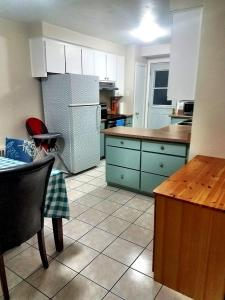 A kitchen or kitchenette at Cozy 3BRD APT next to Airport & 20min to Downtown