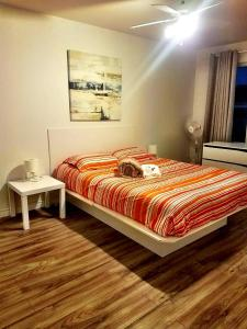 A bed or beds in a room at Beautiful 3BDR APT Next to Airport - 20 min to Downtown