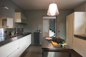A kitchen or kitchenette at Villa Imbastita