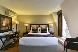מיטה או מיטות בחדר ב-Fraser Suites Queens Gate