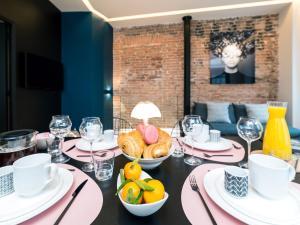 Reštaurácia alebo iné gastronomické zariadenie v ubytovaní Exclusive Loft in Le Marais