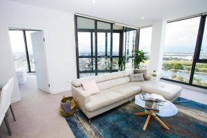 A seating area at Airport 2BR Family Apartment