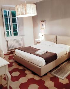 A bed or beds in a room at Toselli Suite Apartment