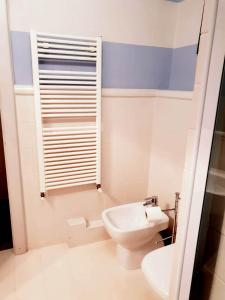 A bathroom at Toselli Suite Apartment
