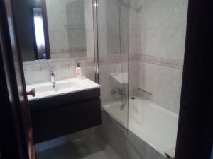 A bathroom at Apartamento Arosa