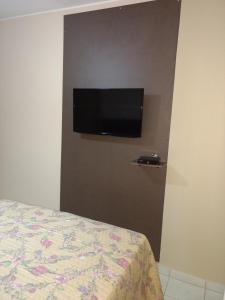 A television and/or entertainment center at Thermas Paradise Rio Quente-GO