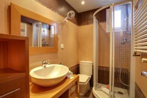 A bathroom at Lovely 3 Bed Apt w/Terrace & Balcony in Nou Barris