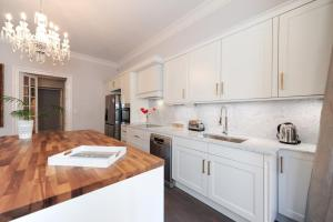 A kitchen or kitchenette at Silver Suite Five Stars Holiday House