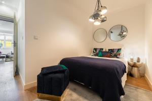 A bed or beds in a room at Designer 2bed1bath, mins to famed Ramiro Restaurant