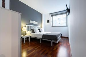 A bed or beds in a room at Apartamento Camp Nou 101