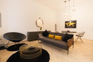 Ein Sitzbereich in der Unterkunft Real Delux Apartment next to Gozsdu & Synagogue