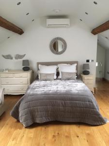A bed or beds in a room at The Coach House, Hady Hill