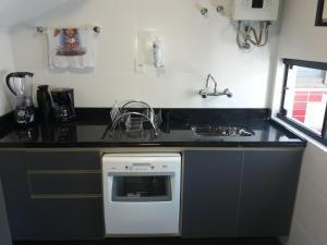 A kitchen or kitchenette at Cobertura linda