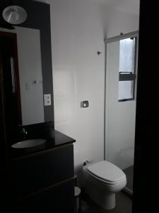A bathroom at Cobertura linda