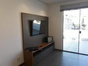A television and/or entertainment centre at Cobertura linda