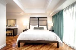 A bed or beds in a room at Fraser Place Manila