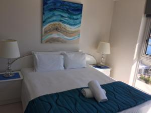A bed or beds in a room at Moorings On Cavill Surfers Paradise