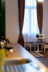 Un restaurante o sitio para comer en Cluj Aparthotel