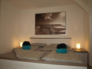 A bed or beds in a room at Boddenhus Apartment 9