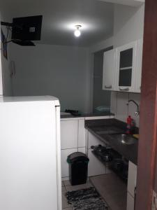 Een keuken of kitchenette bij Temporada em Cabo Frio II