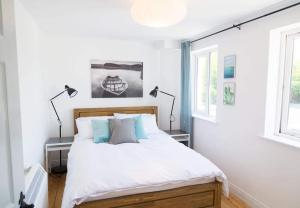 A bed or beds in a room at Mask Holiday Apartments