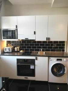 A kitchen or kitchenette at So Sienna Apartments