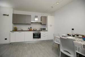 A kitchen or kitchenette at Appartamento Arco Varignano
