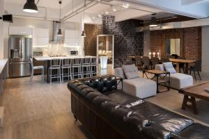 The lounge or bar area at Corporate Event Venue | 4 Bedroom Loft at the Holland Hotel Montreal by Simplissimmo