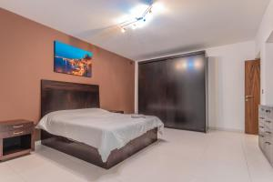 A bed or beds in a room at Valletta Collection - V45