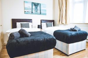 A bed or beds in a room at Luxury Apartment Near Wembley