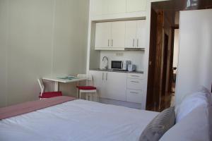 A bed or beds in a room at Loulé Estúdios