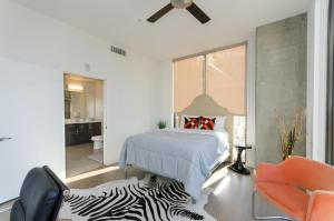 A bed or beds in a room at Amazing View Top Floor 2 Bed 2 Bath in DTLA