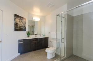 A bathroom at Amazing View Top Floor 2 Bed 2 Bath in DTLA