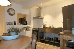 A kitchen or kitchenette at La Chatelaine