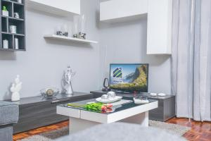 A television and/or entertainment center at Luzia Garden - cozy & central apartment