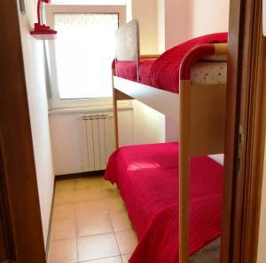 A bunk bed or bunk beds in a room at Grazioso appartamento Scanno