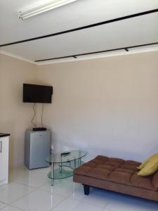 Una televisión o centro de entretenimiento en Man Cave Suite