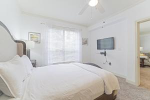 A bed or beds in a room at Heart of Buckhead 1