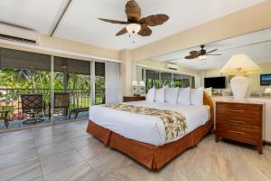 A bed or beds in a room at Castle Waikiki Shore Beachfront Condominiums