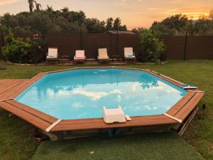 The swimming pool at or close to Petite maisonette adossee mais independante avec piscine