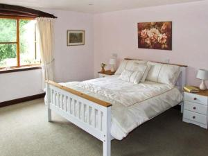A bed or beds in a room at Stargazer's Field House