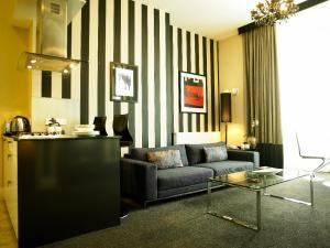 The lobby or reception area at Kensington House Aparthotel