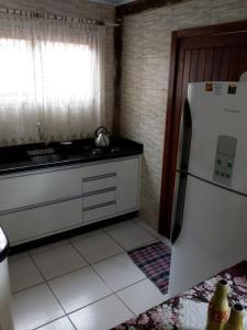Una cocina o zona de cocina en Casa com churrasqueira