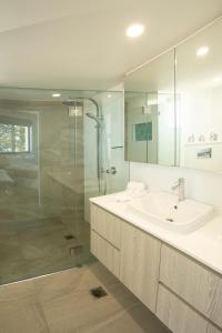 A bathroom at Oceanside Resort - Absolute Beachfront Apartments