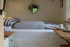 A bed or beds in a room at Valley Hideaway