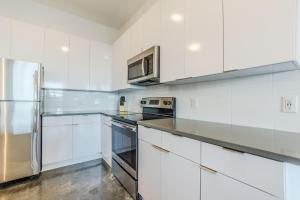 A kitchen or kitchenette at Sage Apartments Atlanta at Old 4th Ward